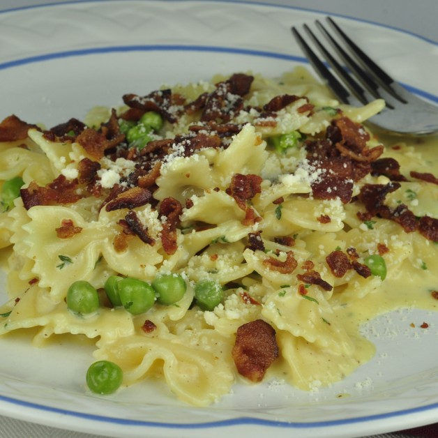Creamy Pasta and Bacon Carbonara with Peas
