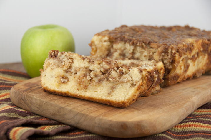 Forget the homemade pie crust and get all the flavors of fall in a quick & easy cinnamon apple pie bread recipe with brown sugar and cinnamon topping that's as sweet as apple pie!