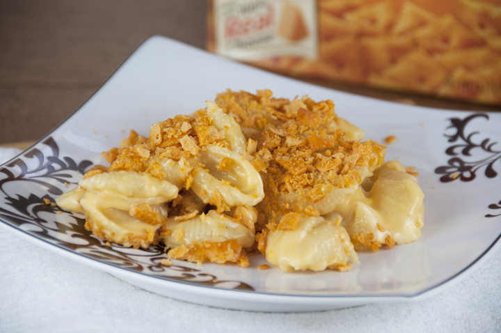Cheez-it topped Macaroni and Cheese Recipe. Creamy mac & cheese dinner topped with crunchy cheez-it topping instead of bread crumbs. Great dinner, lunch, or potluck idea.