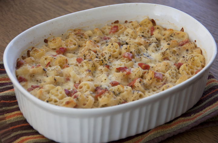 Italian Margherita Macaroni and cheese recipe for a party, appetizer, or vegetarian main course www.wishesndishes.com