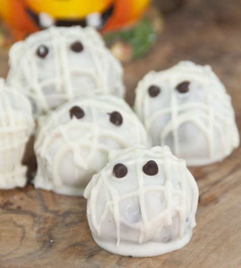 Easy Halloween Mummy Oreo balls that require only three ingredients with mini chocolate chips for the eyes! These are so simple that kids can help make these for dessert.