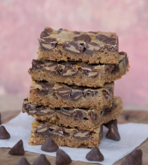 These chocolate peanut butter bars are a classic blend of peanut butter and chocolate. Easy to make with only 5 ingredients and perfect for your holiday baking!