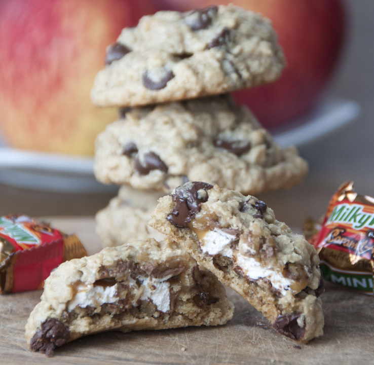 Milky-Way-Stuffed-Peanut-Butter-Oatmeal-Chocolate-Chip-Cookies-Recipe (3)