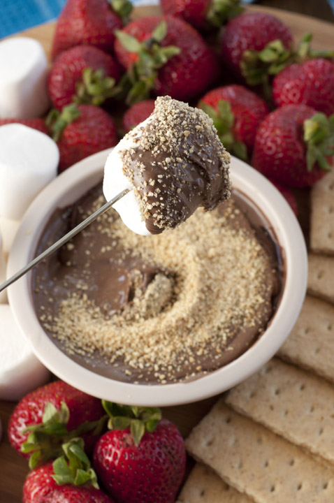 Crock Pot S'mores Fondue Dip is the perfect dessert recipe for your summer party!