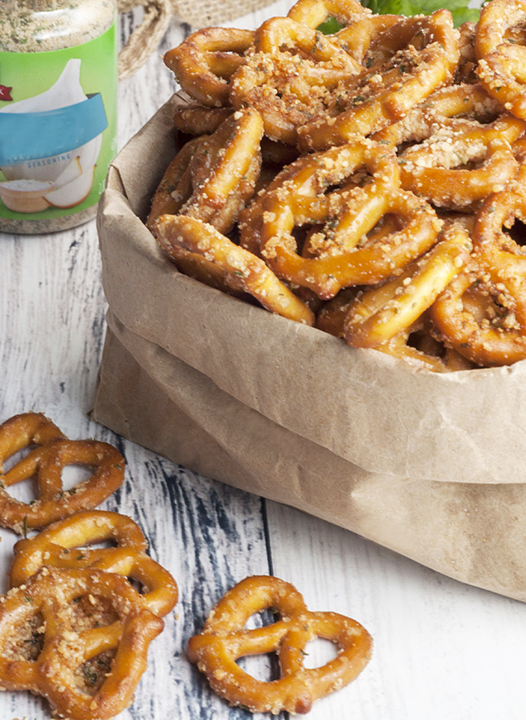 How to make kid-friendly Buttery Garlic Ranch Pretzels: seasoned pretzels for game day, a party,of after school snack for the family!